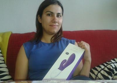 Estrella de Mar, ganadora del VI Concurso de relatos eróticos Destino: Placer, nos manda su foto con su premio